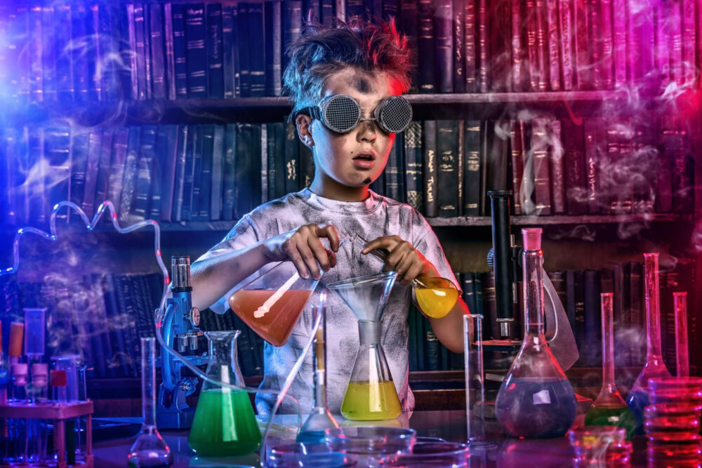 Barn experimenterar med kemi i mörkt rum